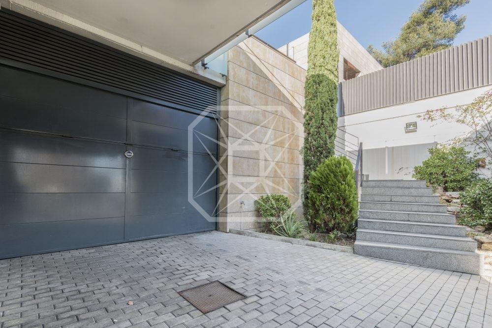 Moderna y minimalista casa en Bonanova con vistas infinitas