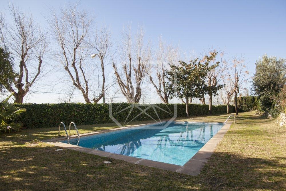 Casa soleada con vistas y piscina en Finestrelles