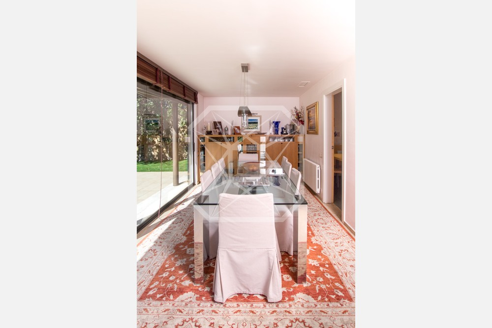 Atractivo porche y piscina en una casa unifamiliar en Pedralbes