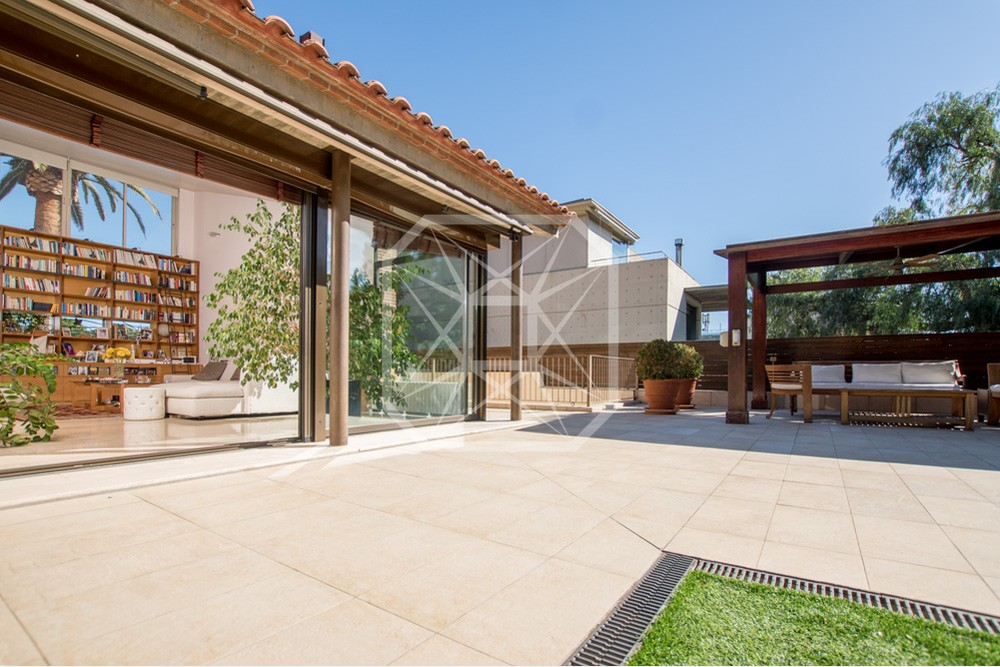 Atractivo porche y piscina en una casa unifamiliar en for Casas con porche y piscina